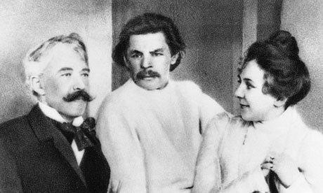 Fijando los patrones. Izquierda a derecha, Stanislavski, Maxim Gorki and Lilina Stanislavski. Fotografía: Archivo Hulton /Imágenes del Getty