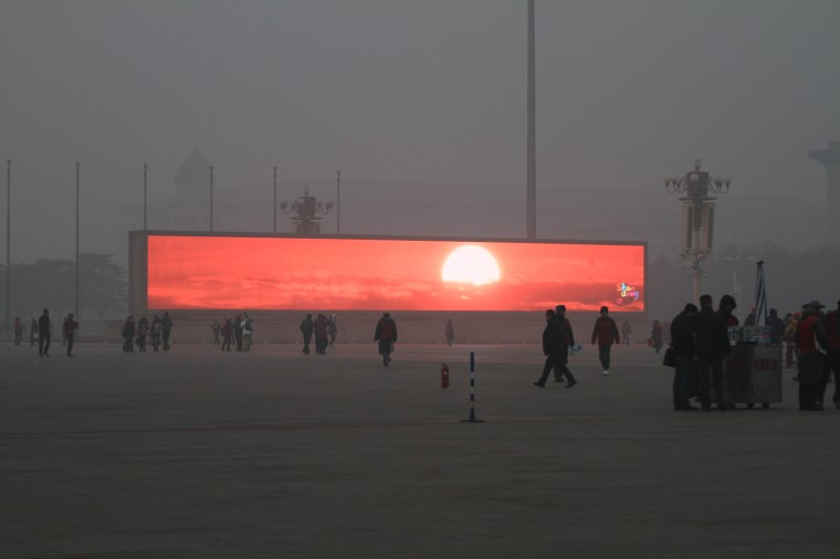 Pantalla de amanecer virtual en la plaza de Tiananmen (Photo by ChinaFotoPress/ChinaFotoPress via Getty Images)